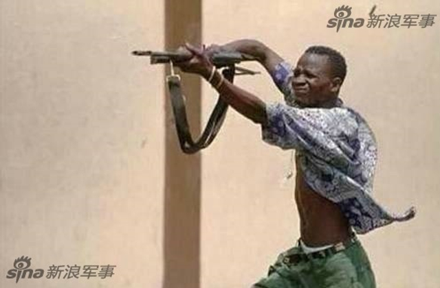 大家从新闻中看到非洲(撒哈拉以南地区)发生战争和冲突的时候,总能发现一个很奇怪的景象,那就是非洲人开枪很少举枪瞄准,而是把枪高高的举过头顶进行射击,如此销魂的姿势着实让人感到新奇,这究竟是为什么呢?