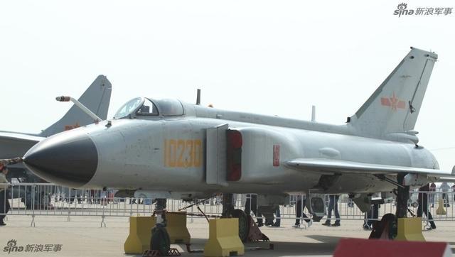 有网友整理自己拍摄的中国歼8F和歼10A战机细节进行对比。两种机型分别来自中航沈阳公司和中航成都公司,代表了中国战斗机制造的南北最强水平。(来源:太湖啥个)