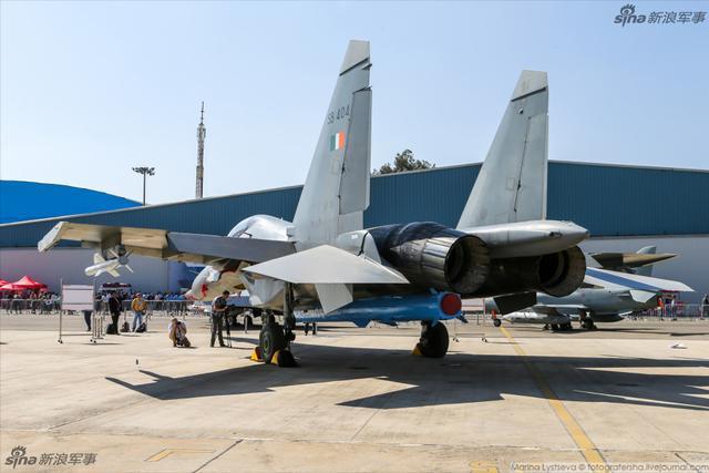 2月6日,在班加罗尔耶拉汉卡空军基地举行的2013印度航空展将如期开幕。航展上来自世界多个国家的参展商带来了自己的先进产品,在航展上,印度空军也派出了包括苏-30、LCH新型武装直升机等多款军机在内的强大表演阵容为航展献技。