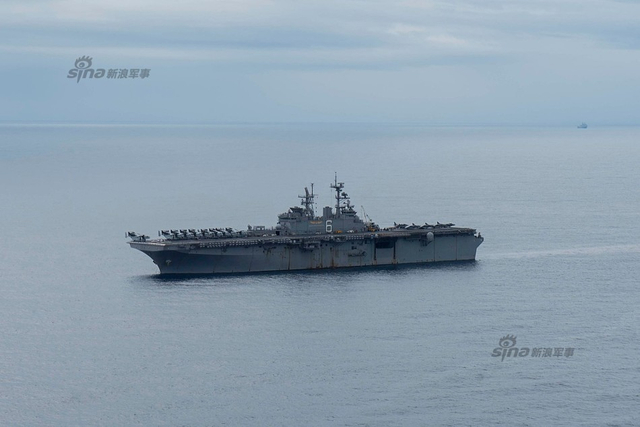 """3月17日,中国东海,两栖攻击舰""""坏人理查德""""继续在此巡航,搭载陆战队31远征队例行训练,海上补给。顺便打打海上高尔夫!反正球不要钱 。"""
