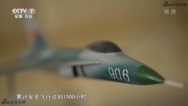 近日央视的节目中出现了一架神秘的编号为906的飞机模型,据网友研判,这应该就是下马的中国早期航母舰载机项目,歼13的模型。