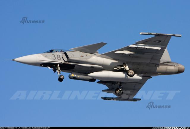 """匈牙利空军JAS-39""""鹰狮""""战机日常训练。鹰狮战机由瑞典萨博公司设计研发。瑞典空军共订购138架鹰狮战机,并已全部交付服役。其中的28架(含4架双座机)已租赁给捷克和匈牙利(各14架)。"""