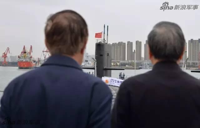 """卢秉恒望着眼前两艘新型国产常规潜艇不舍离去。这位被称为""""中国3D打印教父""""的72岁老人念叨着:如果3D打印零件能运用到舰艇上,将极大地减轻远航时的装备保障压力……如果VR技术能运用到部队,官兵们足不出户就能在极其接近战场的情境下训练……(来源:当代海军)"""