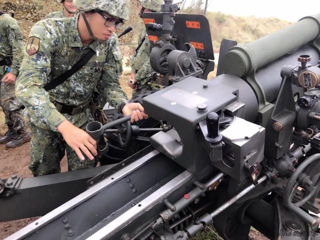 因为人员在位率过低,台军近日决定将外岛和本岛的部分M115型203榴弹炮,M55型155加农炮,M55型155榴弹炮封存,这些外岛火炮炮位固定,战时生存能力低下,且长年人员不满编,台军干脆撤销封存。台军近年来持续裁撤外岛驻军,全力收缩保卫本岛。(文字:电波震长空xiangyuanye )
