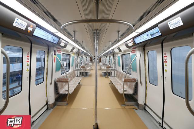 """昨日上午,成都""""最快""""地铁列车——10号线列车在中车成都产业园进行了异地调试。成都商报记者首次走进了10号线宽敞的A型列车,对成都首列设有横向座椅的地铁列车进行了探访。""""横向座椅是为了乘客乘坐的舒适性。""""成都地铁运营公司10号线列车筹备负责人董琪解释。"""