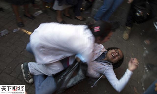 8日中美洲危地马拉爆发惨案,一少管所将52名女孩关在仅16平米笼屋中,火灾致40人烧死。本案暴露了该国儿童保障机构存在虐待、渎职等问题,检方正调查该所是否买卖儿童从事卖淫。惨剧还引发中美多国抗议示威活动。图为一位母亲获悉孩子遇难悲痛倒地。