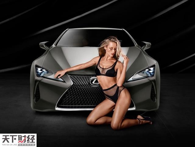 日前,《体育画报》(SI)泳装版超模Hannah Ferguson为雷克萨斯LC 500豪车拍摄了香艳广告。Hannah用自己的完美身材演绎了LC 500的灵动线条、野性力量和时尚魅力。图为Hannah身穿黑色网眼比基尼与全新雷克萨斯LC 500合影。