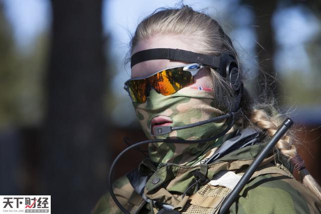 挪威日前成立世界首支全由女性组成的特种兵部队,以满足当今作战对女特种兵不断增长的需求,特别是在阿富汗等严禁女性与男性士兵沟通的地区。1年前,美国已取消女兵不参加地面战斗任务的禁令。图为一名全副武装的挪威女特种兵准备参加训练。