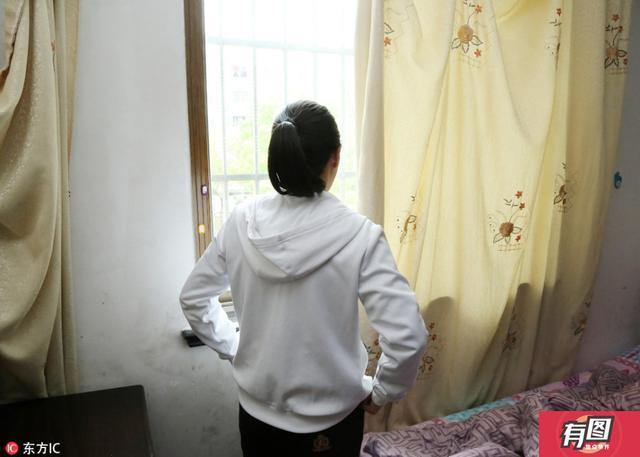 2017年4月17日,在上海市松江区的一个房子内,90后女孩小陈正一眼望着窗外,再过几天,她就可以离开她呆了将近一年的地方。