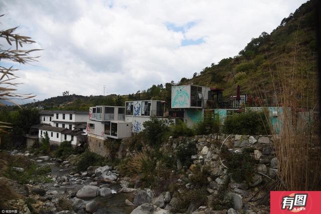 在云南省大理州石门关景区,有一座造型新颖美观、占地面积小、移动灵活、并可重复移动使用集装箱房式设计的180度无死角透明观景厕所,总面积约160余平方米。