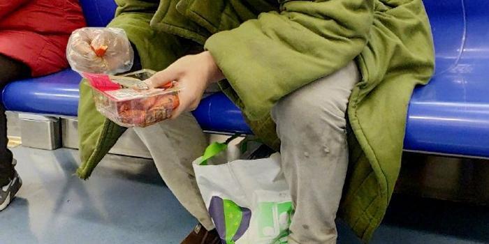 男子地鐵里吃小龍蝦亂吐皮 被勸后稱警察管不了他